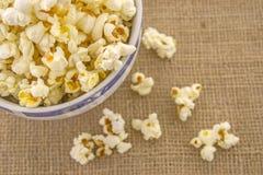 Un mazzo di popcorn di recente schioccato Immagini Stock Libere da Diritti