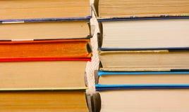 Un mazzo di primo piano variopinto dei libri Molte pagine di carta differenti Immagine Stock Libera da Diritti