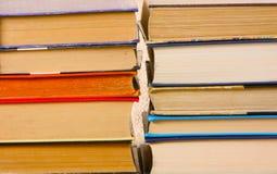 Un mazzo di primo piano variopinto dei libri Molte pagine di carta differenti Immagini Stock
