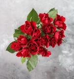 Un mazzo di rose rosse fotografie stock