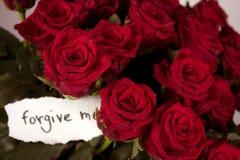 Un mazzo di rose in vaso con la nota - perdonilo Fotografia Stock Libera da Diritti