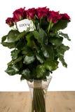 Un mazzo di rose in vaso di vetro con la nota Immagini Stock Libere da Diritti