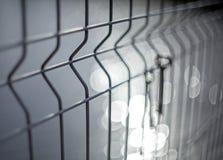Un mazzo di vecchie chiavi d'annata della porta del metallo che appendono su un recinto di filo metallico con un fondo vago ed i  fotografia stock libera da diritti