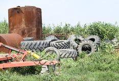Un mazzo di vecchie gomme dal trattore spinge Protettori dalle ruote delle mietitrebbiatrici e dei trattori Fotografia Stock Libera da Diritti