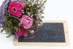 Un mazzo floreale delle rose e di una gerbera Immagini Stock Libere da Diritti