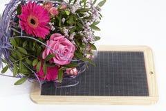 Un mazzo floreale delle rose e di una gerbera Fotografie Stock Libere da Diritti