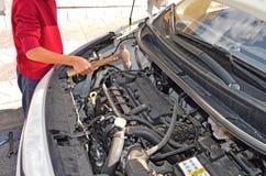 Un mecánico de coche Using un martillo fotografía de archivo libre de regalías