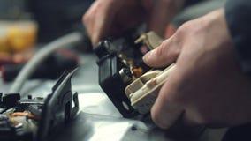 Un mecánico instala los muelles de puerta en una cerradura del coche almacen de video