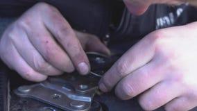 Un meccanico sta riparando un sedile del veicolo stock footage