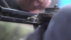 Un meccanico sta riparando un sedile del veicolo archivi video