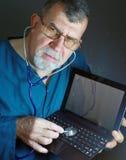 Medico del computer con lo stetoscopio Fotografie Stock