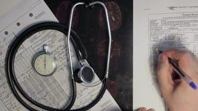 Un medico che diagnostica le mani video d archivio