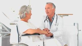 Un medico che parla con un paziente della donna archivi video