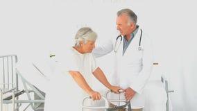 Un medico che visita il suo paziente video d archivio