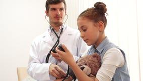 Un medico con esperienza misura la sua pressione sanguigna paziente del ` s video d archivio