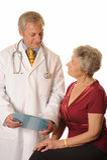 Un medico con il suo paziente che esamina le note Fotografie Stock Libere da Diritti