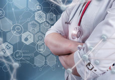 Un medico femminile e un computer virtuale collegano nell'illustrazione 3D Fotografia Stock Libera da Diritti