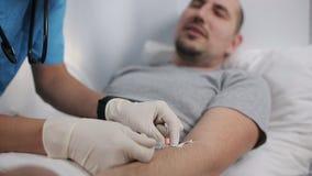 Un medico inietta un catetere in un paziente stock footage