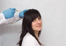 Un medico inietta una ragazza castana disollevamento alla crescita dei capelli e la qualità, terapia del plasma, medica, chiude immagini stock libere da diritti