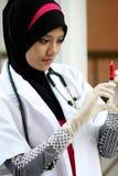 Un medico musulmano grazioso della donna Immagini Stock Libere da Diritti