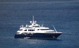 Un mega-yacht all'ancora nella baia di Ministero della marina Fotografia Stock