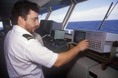 Un membre d'équipage du ferry Bluenose pilotant le bateau par les eaux entre Maine et Nova Scotia Photos stock