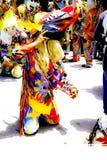 Un membre des diables de danse de Naiguata se met à genoux sur la rue pendant sa représentation Photographie stock