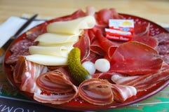 Un menú suizo típico de las montañas imagen de archivo