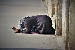 Un mendiant au centre de touristes de Rome photo stock