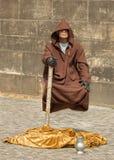 Un mendiant montrant la lévitation au centre de Pragu Photographie stock libre de droits