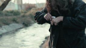Un mendiant sans abri a trouvé l'occasion de document sur papier près de la rivière banque de vidéos