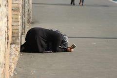 Un mendigo en el centro turístico de Roma foto de archivo libre de regalías
