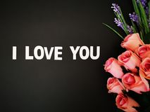 Un mensaje hermoso te amo con las rosas del ramo florece el fondo para las impresiones imagenes de archivo