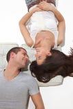 Jeunes couples se trouvant cela regardant et souriant photo stock