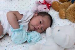 Un mensonge nouveau-né de mois sur le tissu Photos libres de droits