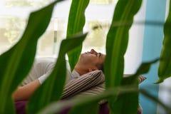 Un mensonge patient sur une civière, à un centre de massage Images libres de droits