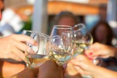 Un menton-menton avec des verres de vin blanc Image stock