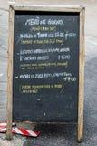 Un menu de restaurant écrit sur un tableau noir Images stock