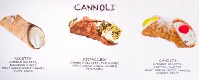 Un menu del cannoli siciliano tre esposto fuori di un forno fotografia stock libera da diritti