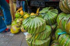 Un mercado con algunas comidas, flores, coco en la ciudad de Denpasar en Indonesia fotografía de archivo