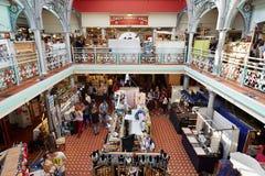 Un mercado más bajo Pasillo, mercado cubierto en Camden Lock en Londres Imágenes de archivo libres de regalías