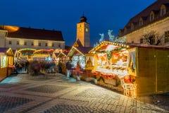 Un mercato di 2017 Natali del quadrato principale di Sibiu, la Transilvania, Romani Fotografie Stock Libere da Diritti