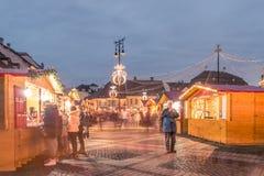 Un mercato di 2017 Natali del quadrato principale di Sibiu, la Transilvania, Romani Fotografia Stock Libera da Diritti