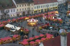 Un mercato di 2017 Natali del quadrato principale di Sibiu, la Transilvania, Romani Immagine Stock