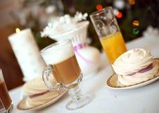 Una taza de latte con el merengue Imágenes de archivo libres de regalías