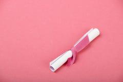 Un message de rouleau de livre blanc sur le fond rose Photo libre de droits