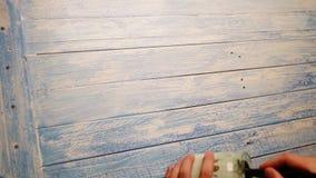 Un metraggio accelerato di un bordo di legno che è colorato bianco come fondo per le foto di natura morta video d archivio