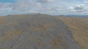Un metraggio di andata aereo di una sommità scozzese rocciosa video d archivio