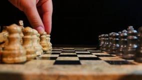 Un metraggio laterale del colpo di due giocatori che giocano scacchi