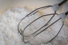 Un mezclador de la cocina bate listo para mezclar el azúcar para la formación de hielo de la torta o de la empanada foto de archivo libre de regalías